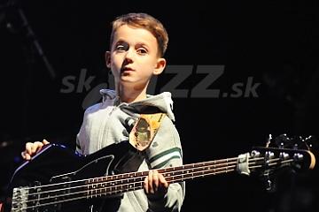 Aron Hodek: 8-ročný basgitarový fenomén !!!