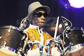 Odišiel spoluzakladateľ afro-beatu a bubenícka legenda ... !!!